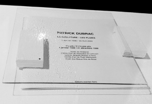 Front dépressif abstrait, 2011 acrylique sur verre, assemblage avec le livre d'artiste de Patrick Dubrac : La sculpture : les pluies, édition incertain sens, 2003, source lumineuse, diffraction, ombre projetée, divers éléments. 30 x30 x 5 cm