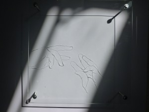 sans titre (mains voyageuses), acrylique sur verre, source lumineuse, diffraction, ombre portée, 30 x 30 cm, atelier, 2010